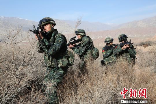 武警新疆總隊四支隊特勤中隊執行山地捕殲任務間隙,進行小組戰術訓練。