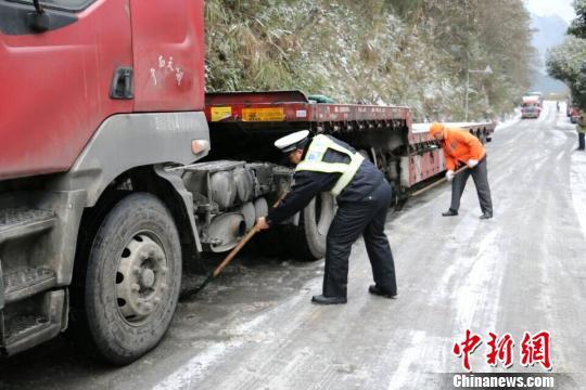 寒潮袭击广西60个县降雪 冰雪中现多处温馨场景