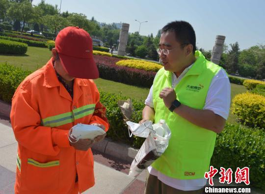 大爱清尘携高中志愿者向太原环卫工捐赠千余防尘口罩