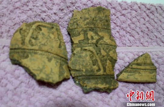 出土的精美凤鸟纹陶器碎片。 王芳 摄
