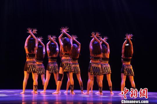 """第11届""""桃李杯""""港澳台及海外组专场佤族舞蹈。 曾洁 摄"""