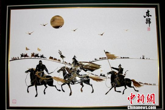作品《回家》是一幅述说1771年土尔扈特人东归的骨雕画。 史玉江 摄
