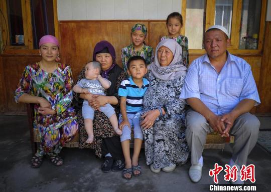 吉尔吉斯斯坦亚历山大诺夫卡乡,57岁的阿卜别克(右)家已是四代同堂,年轻人都外出闯荡,家中仅有老母亲、老伴、儿媳和几个孙子孙女,但仍显得其乐融融。 刘新 摄