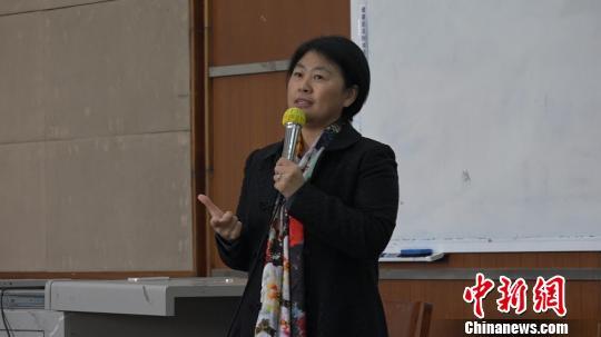王英梅正在为大一新生上心理课。 何浠 摄