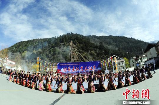 四川理县米亚罗藏族民众欢庆嘉绒若木纽节