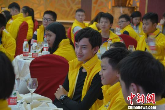 """17日,2016海外华裔青少年中国寻根之旅冰雪冬令营--黑龙江营在哈尔滨正式开营,来自澳大利亚、马来西亚、菲律宾、印尼、南非、赞比亚、塞尔维亚七个国家的100名海外华裔青少年将在黑龙江的冰天雪地中开启""""中国寻根之旅""""。 杨拓 摄"""
