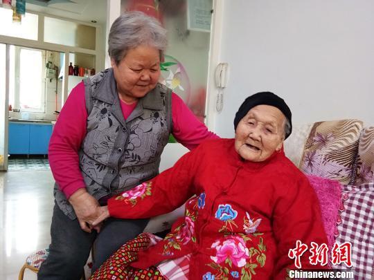 访新疆兵团百岁老人:喜欢早睡早起饮食清淡