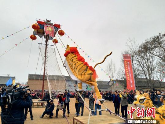 """""""老虎上山""""是山西省翼城县南梁镇涧峡村的一种传统民俗舞蹈,始于明末清初,兴盛于清和民国时期,距今已有300余年的历史。 刘小红 摄"""