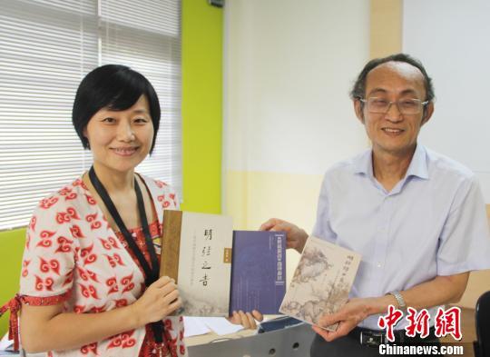 王建设教授向建国大学中文系赠送专著。 林永传 摄