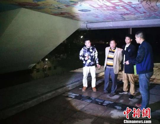 嫌犯崔某指认拋尸现场。 桂林警方供图