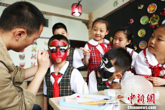 图为孩子们学习京剧相关知识?!∧步?摄