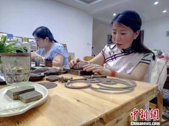 作为成都银花丝非遗传承人,道安在自己制作之余,也对学员进行教学。 王鹏 摄
