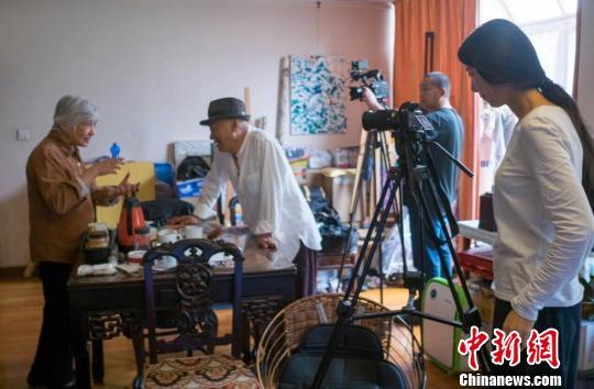 30年后,凌峰再次拍摄《八千里路云和月》,寻访昔日采访对象。 受访者供图 摄