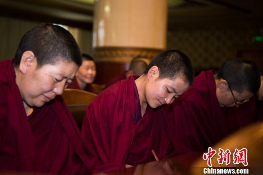 西藏佛学院尼众部学员参加研讨会开幕式。 何蓬磊 摄