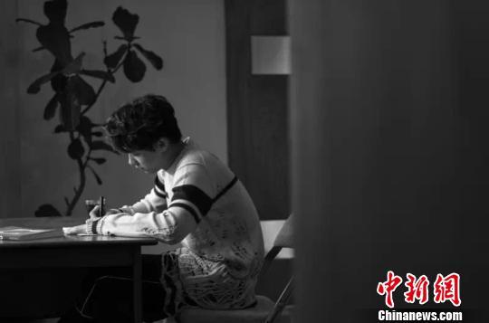 李易峰透露自己曾边写边哭。 官方 摄