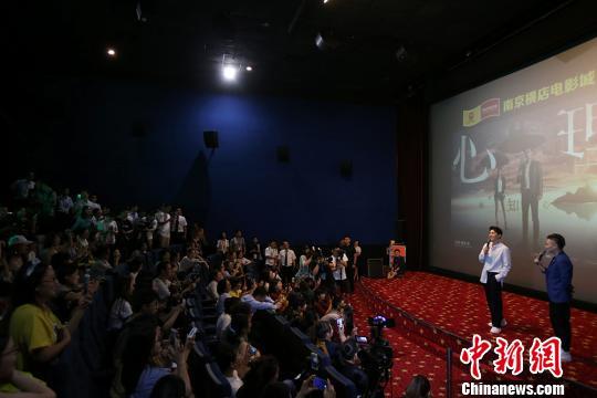 李易峰的到来吸引大批粉丝前来。 泱波 摄
