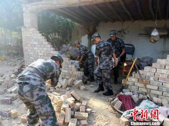 新疆博尔塔拉军分区官兵紧急救援。 陈庆 摄