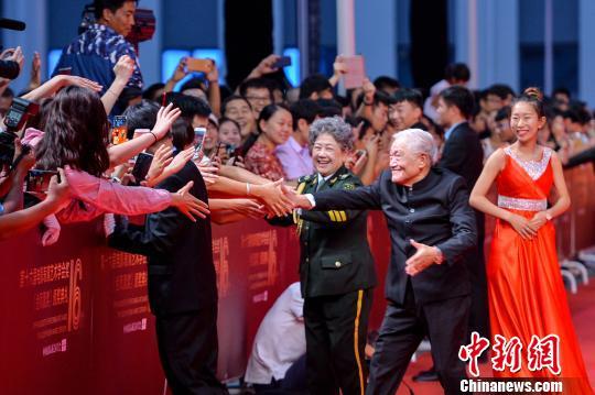 """表演艺术家陶玉玲、牛�摹⒃�霞获得最具分量的""""终身成就奖""""。 胡耀杰 摄"""