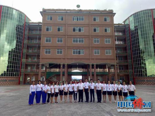 中国侨网图为缅甸腊戌新世纪中文学校聘请的17位中方专业教师。 罗丹媚 摄