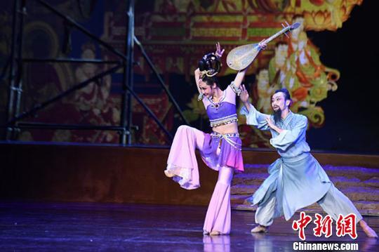 海外华文媒体采访情景舞剧《丝路花雨》