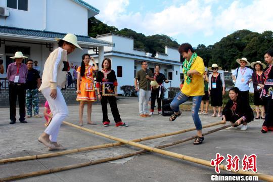 图为海外华文媒体代表跳竹竿舞。 叶茂 摄