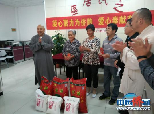 挂甲禅寺代表河西区宗教界,向社区困难居民、困难归侨、困难学生捐赠稻米和现金。 钟欣 摄