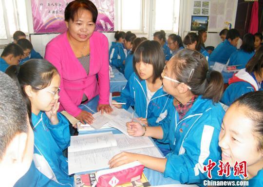图为李凤娥和学生们在一起。受访者供图
