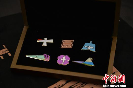 图为本次发布的馆标和文创产品。 杨颜慈 摄
