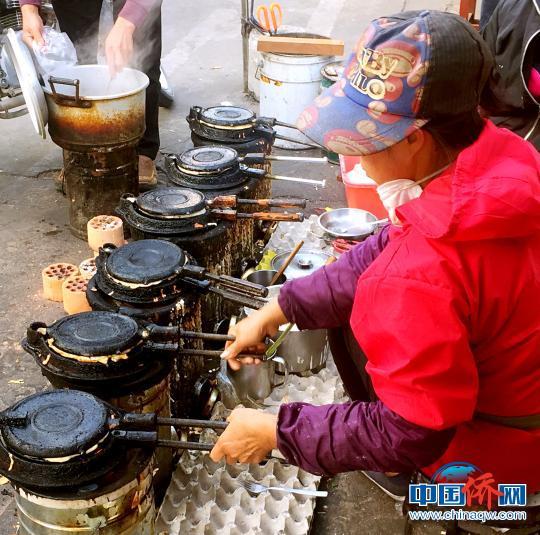 中国侨网当地人在制作台山箩底糍 李晓春 摄