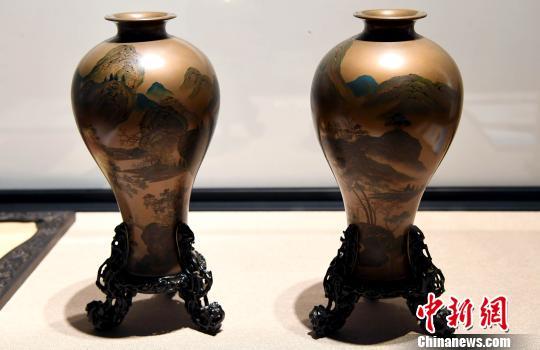 一对海外回流的清代《沈正镐梅瓶》珍贵藏品吸引观众眼球。 记者刘可耕 摄