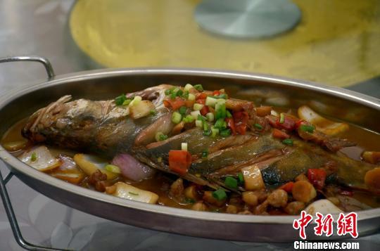 吴永学改良腌制方法后烹制的臭鳜鱼?!×鹾?摄