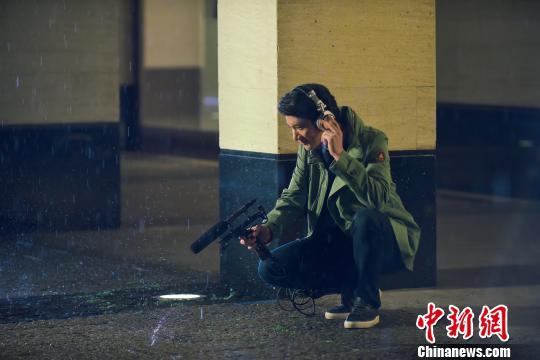 图为宣传片中王力宏在收录杭州下雨的声音。主办方供