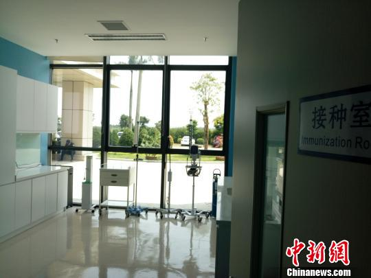 """3月28日拍摄的博鳌""""超级医院""""疫苗中心接种室。 尹海明 摄"""