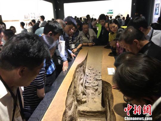 图为参观陕西历史博物馆。 梅镱泷 摄