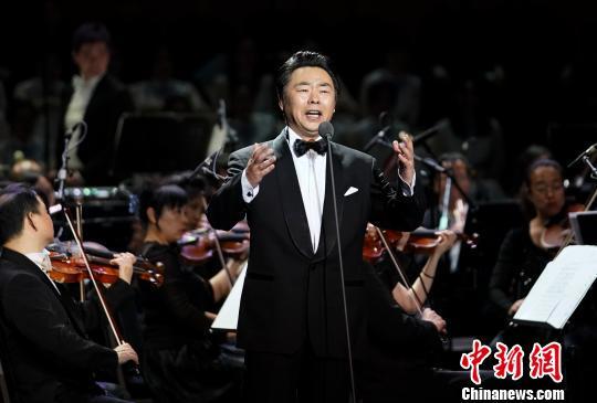 沈湘先生的关门弟子、著名男高音歌唱家丁毅献唱《老师,我总是想起你》时眼泛泪光 杜洋 摄