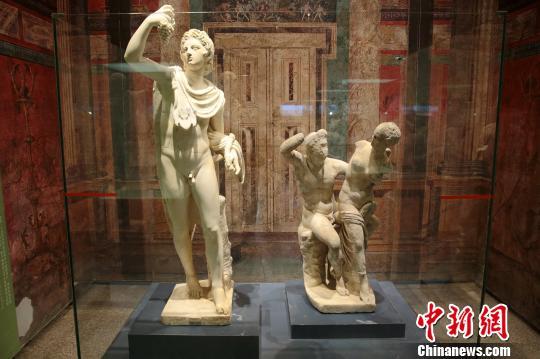 图为观众参观庞贝城出土的精美雕像。 张远 摄
