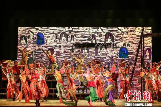 """有着""""可移动的敦煌""""""""中国版《罗密欧与朱丽叶》""""之称的舞剧《大梦敦煌》由兰州歌舞剧院创作演出,该剧以古代敦煌为时空背景,讲述青年画师莫高和少女月牙的动人爱情故事。 兰州演艺集团供图 摄"""