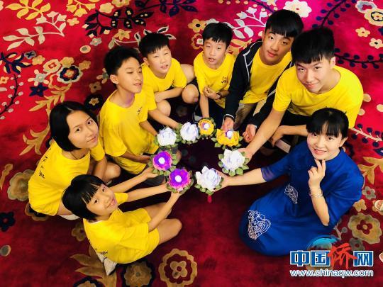 中国侨网孩子们和老师一起展示亲手制作的莲花灯。 丁虹波 摄