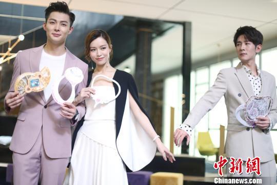 文咏珊(图中)透露,之后她和张铭恩(左一)会前往雨林拍戏,迎接不小的挑战。 徐银 摄