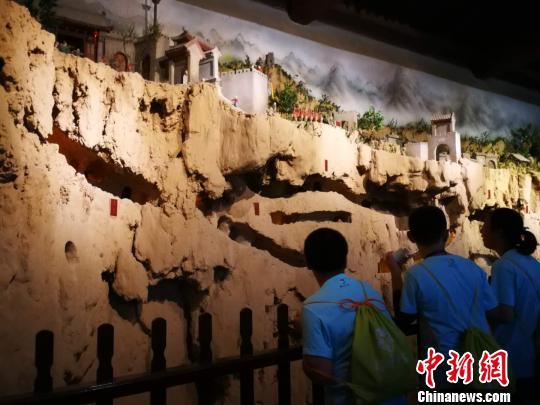"""2018""""亲情中华""""夏令营山西太原营营员在张壁古堡模型前驻足。 杨杰英 摄"""