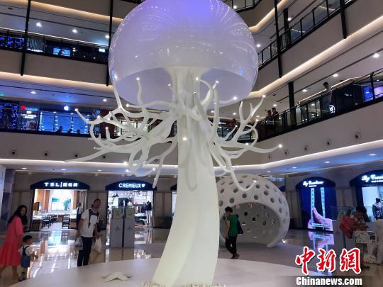 7米高水母艺术装置。 王子涛 摄