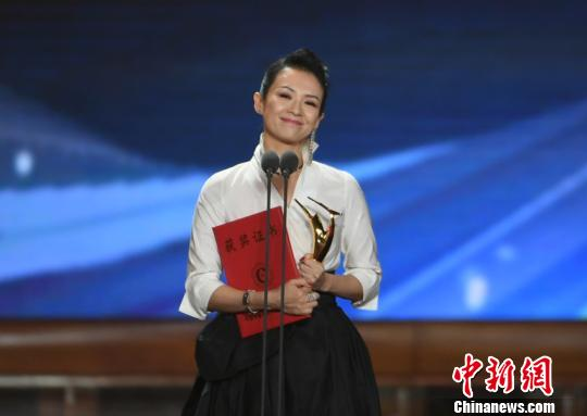 最佳青年女主角奖由章子怡夺得 张瑶 摄