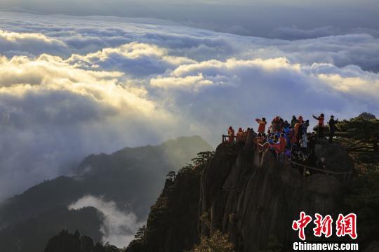 10月23日,安徽黄山现大面积云海景观,天空湛蓝如洗,日光照耀云层,秋风袭来,万倾银波翻滚奔腾。 叶永清 摄