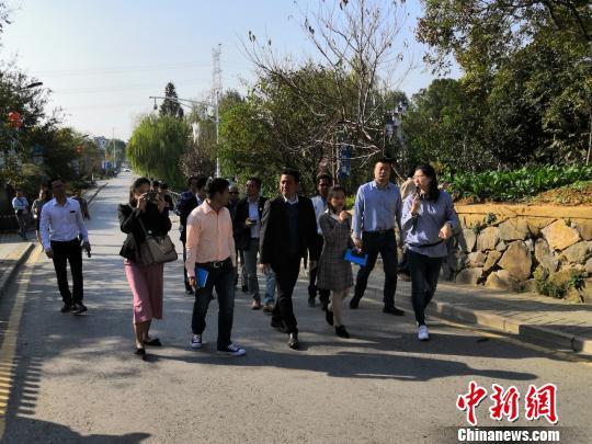 图为柬埔寨记者参访南京市世凹桃源新农村建设示范点。 杨陈 摄