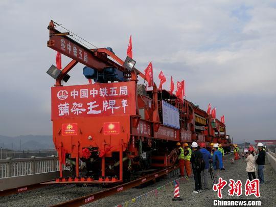 贵州首条城际高铁安六铁路顺利铺轨