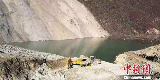 堰塞湖坝体开挖泄流槽工程已完成,准备迎接过流泄洪。 钟欣 摄