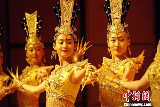 """聋人舞蹈队表演的经典节目《千手观音》如今已进入""""第五代""""。 余瑞冬 摄"""