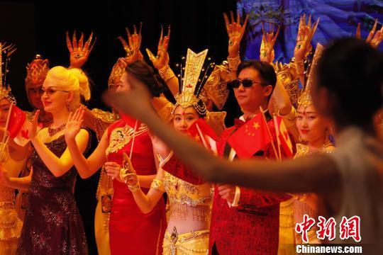 聋人演员们谢幕时,目光也投向舞台一侧的手语指挥。 余瑞冬 摄