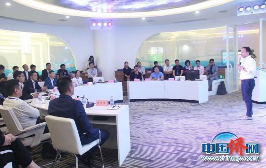 22名海外华裔杰出青年参观考察深圳创新创业环境