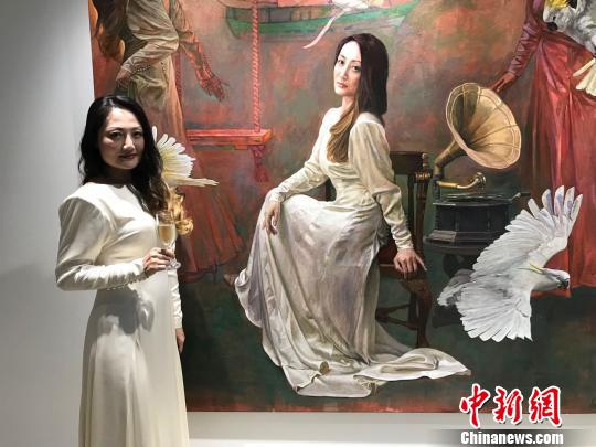 悉尼Live in Art画廊创办人Maggie Wu和她的肖像画。 陶社兰 摄